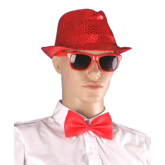 Rood hoedje, bril en vlinderstrikje